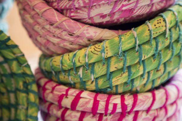 Detalles de los colores de las cestas de Kaisha grass y sari reciclado